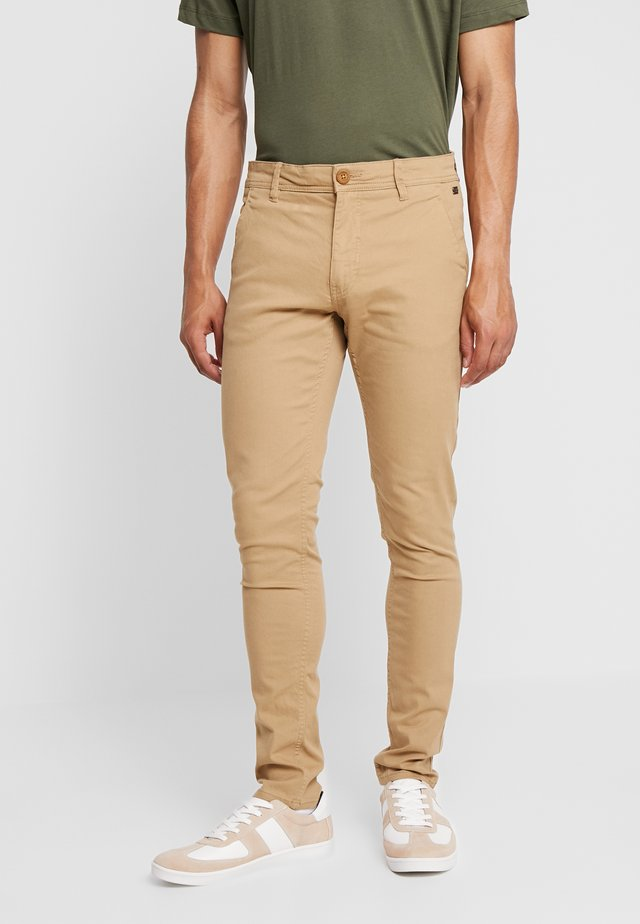 BHNATAN PANTS - Chinos - sand brown