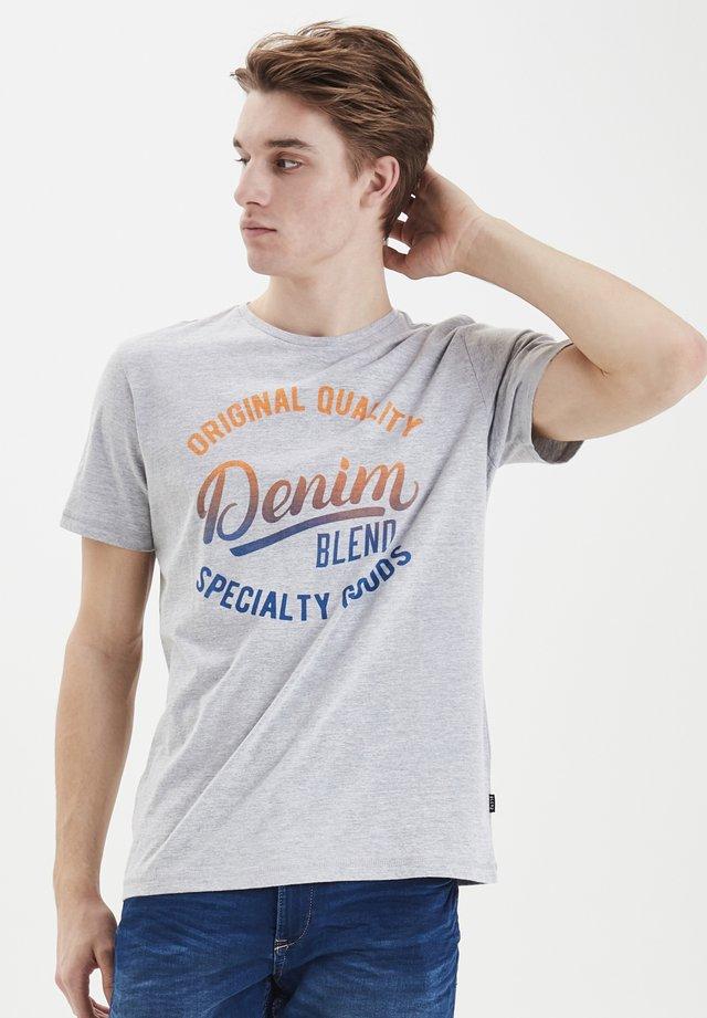 TEE REGULAR FIT - T-shirt z nadrukiem - mottled light grey