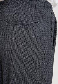 Blue Seven - TURN-UP - Pantaloni - schwarz - 5