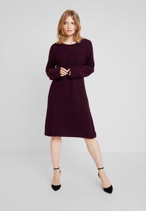 RUNDHALS - Pletené šaty - burgund