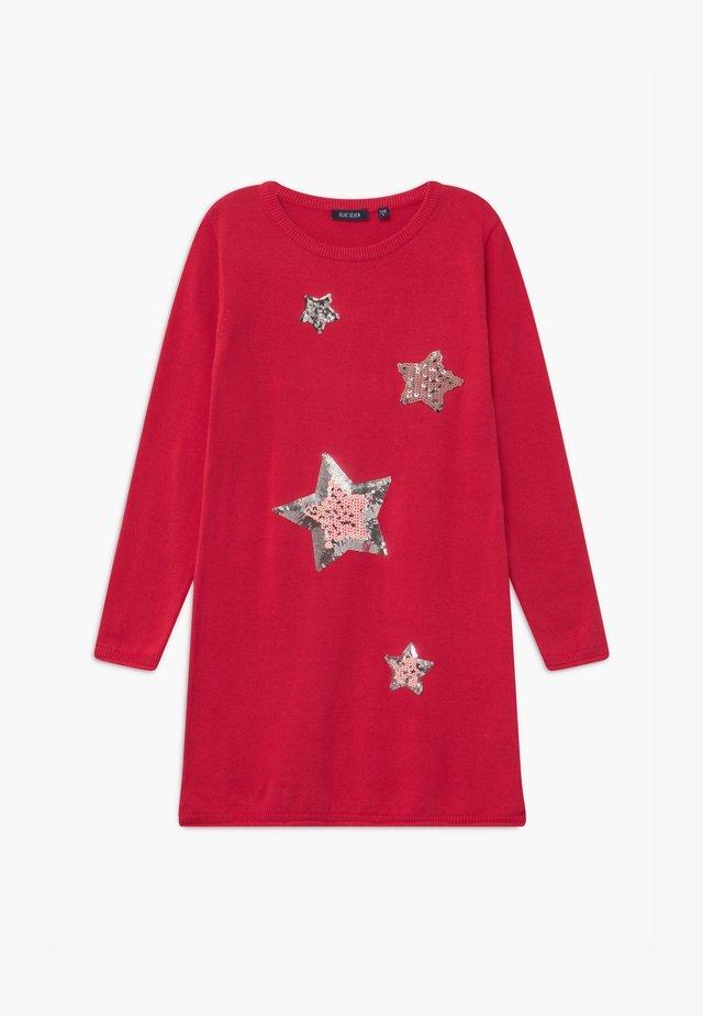 KIDS SEQUIN STARS - Pletené šaty - hochrot