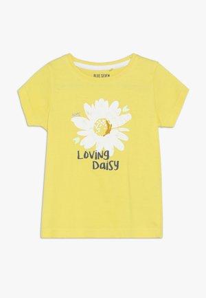 T-shirts med print - gelb