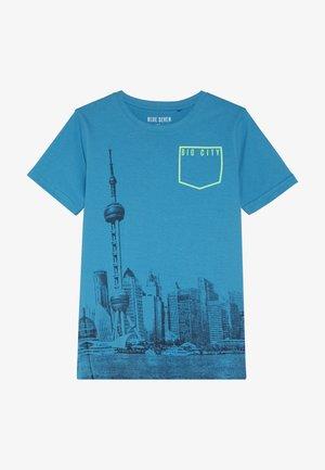 RUNDHALS - T-shirt con stampa - cyan