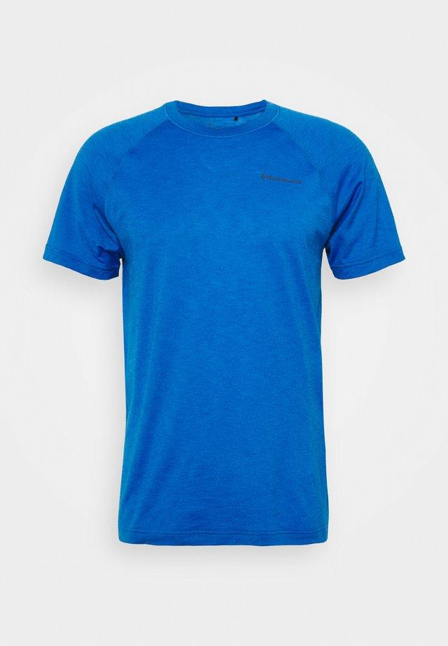 RHYTHM TEE - Printtipaita - blue