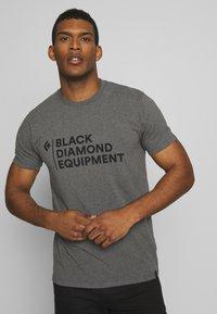 Black Diamond - STACKED LOGO TEE - T-shirts print - charcoal heather - 0