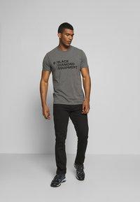 Black Diamond - STACKED LOGO TEE - T-shirts print - charcoal heather - 1
