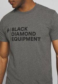 Black Diamond - STACKED LOGO TEE - T-shirts print - charcoal heather - 5