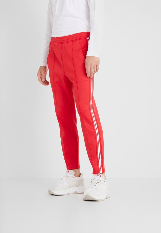 LOGO TAPE - Tracksuit bottoms - red/white