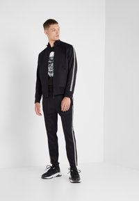 Neil Barrett BLACKBARRETT - LOGO TAPE - Pantalon de survêtement - black/white - 1
