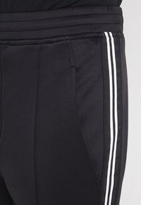 Neil Barrett BLACKBARRETT - LOGO TAPE - Pantalon de survêtement - black/white - 4