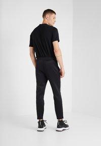 Neil Barrett BLACKBARRETT - LOGO TAPE - Pantalon de survêtement - black/white - 2