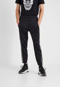 Neil Barrett BLACKBARRETT - LOGO TAPE - Pantalon de survêtement - black/white - 0