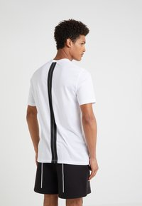 Neil Barrett BLACKBARRETT - SLOGAN WITH TAPE - Camiseta estampada - white - 2