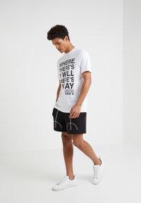 Neil Barrett BLACKBARRETT - SLOGAN WITH TAPE - Camiseta estampada - white - 1