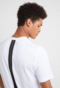 Neil Barrett BLACKBARRETT - SLOGAN WITH TAPE - Camiseta estampada - white - 4