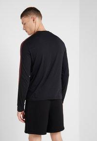 Neil Barrett BLACKBARRETT - STRIPE LOGO LONG SLEEVE  - T-shirt à manches longues - black/white - 2