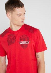 Neil Barrett BLACKBARRETT - 3D MESH SKULLS - T-shirt con stampa - red/black/white - 4