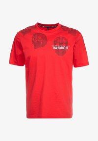Neil Barrett BLACKBARRETT - 3D MESH SKULLS - T-shirt con stampa - red/black/white - 3