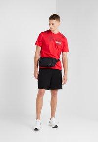 Neil Barrett BLACKBARRETT - 3D MESH SKULLS - T-shirt con stampa - red/black/white - 1