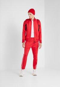 Neil Barrett BLACKBARRETT - LOGO TAPE MOCK NECK TRACK - Giacca sportiva - red/white - 1