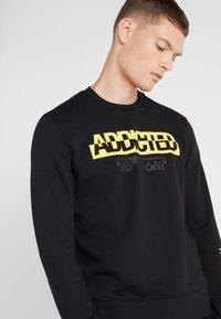 Neil Barrett BLACKBARRETT - ADDICTED TO SPORT - Sweatshirt - black/yellow - 5