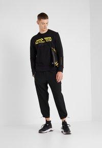 Neil Barrett BLACKBARRETT - ADDICTED TO SPORT - Sweatshirt - black/yellow - 1