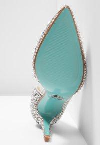 Blue by Betsey Johnson - HAZIL - Escarpins à talons hauts - silver - 6