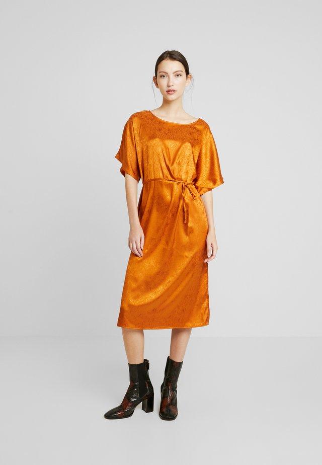 BSCONSTANCE - Denní šaty - pumpkin spice