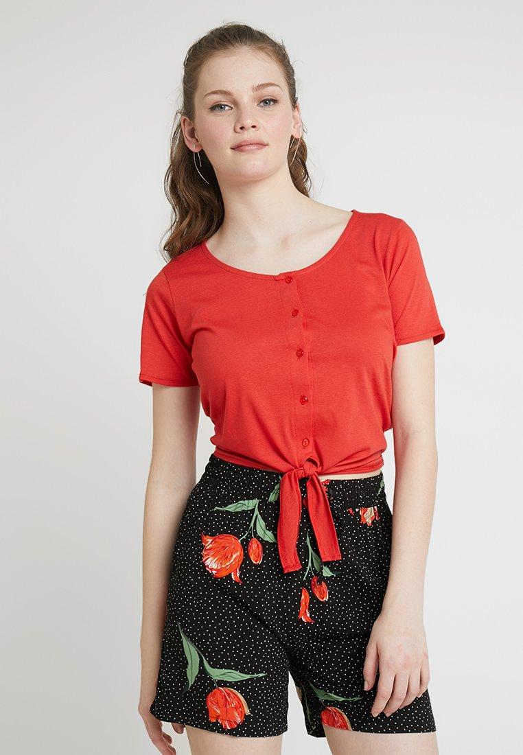 Blendshe - FERGUS CROPPED - Print T-shirt - high risk red