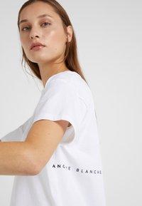 BLANCHE - MAIN LIGHT - T-Shirt basic - white/blue - 4