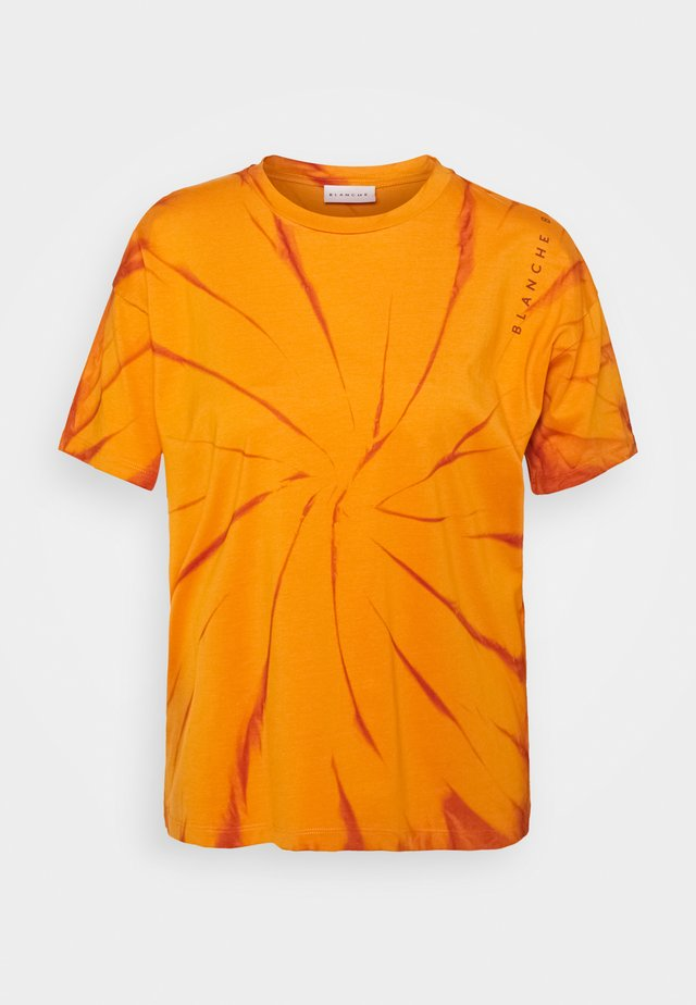 MAINTIE DYE - T-shirt z nadrukiem - desert sun