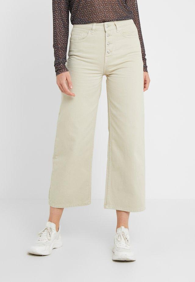 ALIA CLEAN PANTS - Jeans a zampa - moss gray