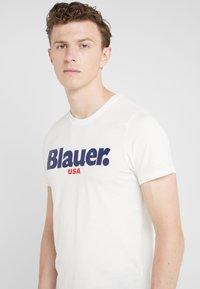 Blauer - T-shirts med print - off-white - 4