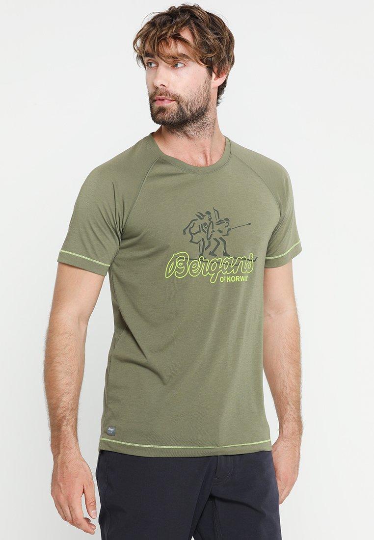 Bergans - TEE - T-Shirt print - greenmud/sproutgreen/seaweed