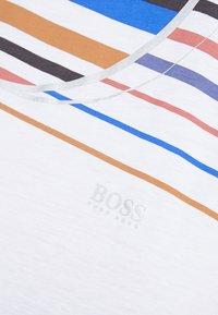 BOSS - TEAROUND - T-shirt con stampa - white - 5