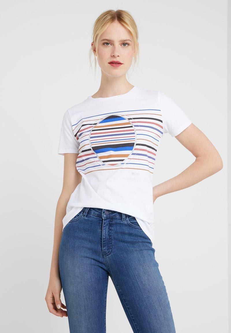 BOSS - TEAROUND - T-shirt z nadrukiem - white