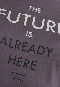 BOSS - TECUT - T-shirt con stampa - charcoal - 5
