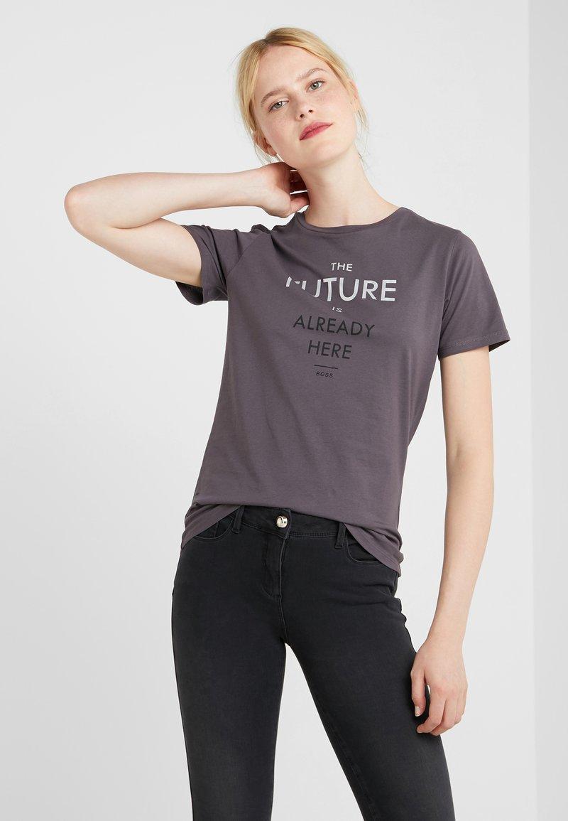 BOSS - TECUT - T-shirt con stampa - charcoal