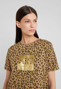 BOSS - TEWINDOW - T-shirt con stampa - camel - 3