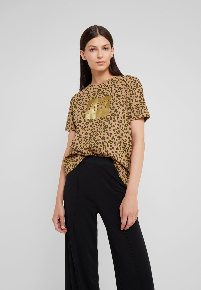 BOSS - TEWINDOW - T-shirt con stampa - camel