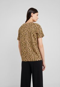 BOSS - TEWINDOW - T-shirt con stampa - camel - 2