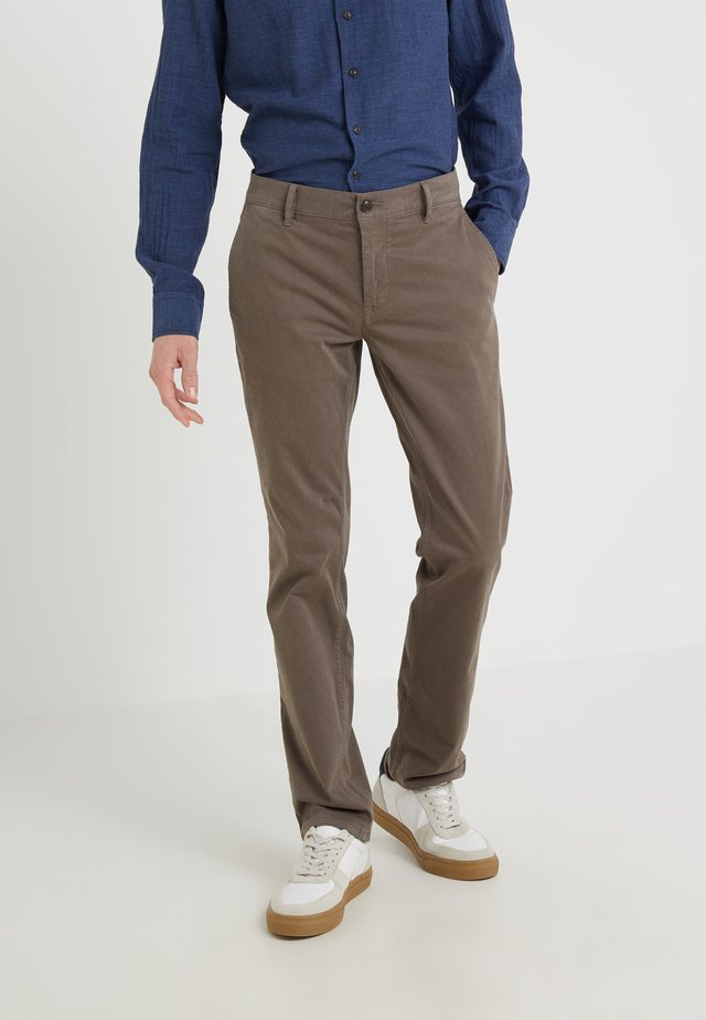 REGULAR FIT - Pantalones - brown