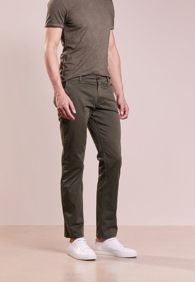 REGULAR FIT - Pantalones - dark green