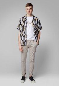 BOSS - TAUCH 1 10208401 01 - T-shirt imprimé - white - 1