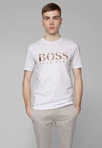 BOSS - TAUCH 1 10208401 01 - T-shirt imprimé - white - 0