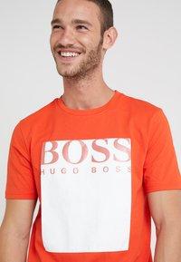 BOSS - TAUCH - Triko spotiskem - open orange - 4
