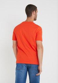 BOSS - TAUCH - Triko spotiskem - open orange - 2