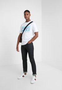BOSS - TREK  - Print T-shirt - white/blue