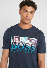 BOSS - TREK  - T-shirt imprimé - navy - 5