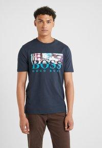 BOSS - TREK  - T-shirt imprimé - navy - 0